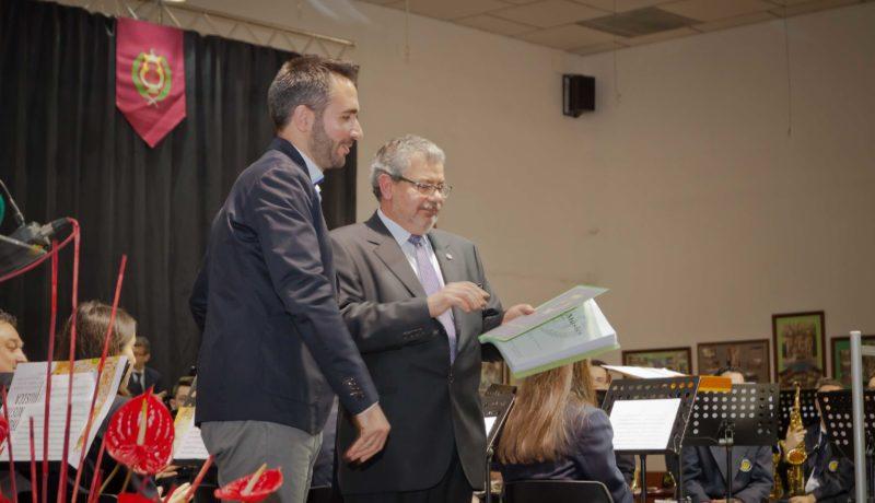 Haciendo entrega de la partitura al presidente de la comparsa, Patxi Fernández